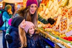Приобретение семьи на украшении рождественской ярмарки стоковые изображения