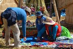 Приобретение сувенира Titicaca озера стоковая фотография