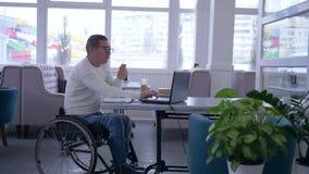 Приобретения интернета, успешное с ограниченными возможностями в eyeglasses в кресло-коляске с кредитной карточкой делают использ сток-видео
