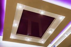 Приостанавливанная конструкция потолка и гипсокартона в украшении Стоковые Фотографии RF