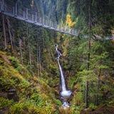Приостанавливанный мост на горных вершинах стоковые изображения rf