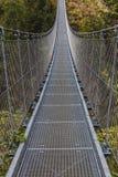 Приостанавливанный мост на горных вершинах стоковое фото rf