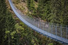 Приостанавливанный мост на горных вершинах стоковое изображение rf
