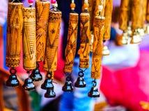 Приостанавливанный перезвон ветра с ручной работы деревянным высекая художественным произведением на бамбуке текстурированная пре стоковая фотография rf