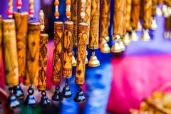 Приостанавливанный перезвон ветра с ручной работы деревянным высекая художественным произведением на бамбуке текстурированная пре стоковые изображения rf