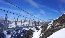 Приостанавливанная дорожка над горами снега Стоковая Фотография RF