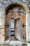 Приоткрытая старая деревянная дверь Стоковое Изображение