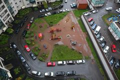 Припаркованные автомобили в дворе блока квартир в новом районе Санкт-Петербурга над взглядом Стоковые Изображения