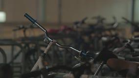 Припаркованные велосипеды на тротуаре в Берлине видеоматериал