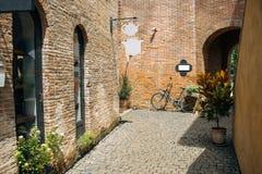 Припаркованные велосипеды на тротуаре стоковые изображения rf