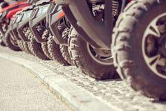Припаркованные в ряд несколько квад atv велосипед весьма внешняя концепция приключения Стоковое Фото