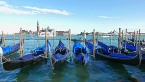 Припаркованные гондолы пошатывают на волнах в Венеции видеоматериал