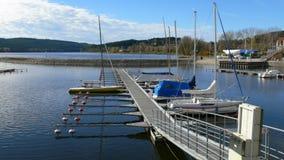 Припаркованные sailingboats на озере Стоковое Фото