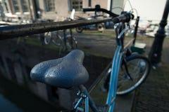 Припаркованный велосипед на улице Стоковые Фото