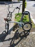 Припаркованный велосипед с доской вперед Стоковые Фото