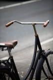 Припаркованный велосипед в улице Стоковое Изображение RF