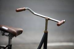 Припаркованный велосипед в улице Стоковые Фото