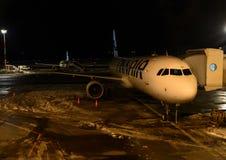 Припаркованный самолет Finnair прикрепленным к пальцу Авиапорт ванта helsinki Финляндия Стоковое Изображение