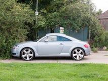 Припаркованный серебряный автомобиль audi снаружи без людей стоковые изображения