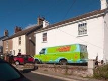 Припаркованный фургон вне дома от scooby doo машина тайны стоковые фото