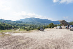 Припарковал автомобиль на предпосылке наклонов горы Стоковое Изображение RF