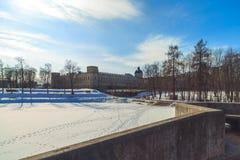 Припаркуйте в предместье Санкт-Петербурга на день зимы солнечный стоковое фото rf
