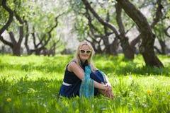 припаркуйте детенышей женщины весны стоковое изображение