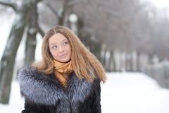 припаркуйте детенышей женщины зимы портрета Стоковое Изображение