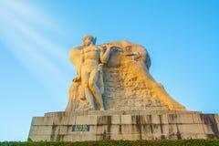 Припаркуйте на высокой горе в Китае, Харте повернул его голову высокая статуя девушки с парнем национальное сказание стоковые фото