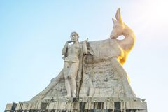 Припаркуйте на высокой горе в Китае, Харте повернул его голову высокая статуя девушки с парнем национальное сказание стоковое изображение rf