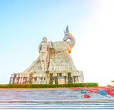 Припаркуйте на высокой горе в Китае, Харте повернул его голову высокая статуя девушки с парнем национальное сказание стоковая фотография rf