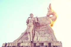 Припаркуйте на высокой горе в Китае, Харте повернул его голову высокая статуя девушки с парнем национальное сказание стоковые изображения rf