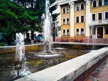 Припаркуйте с фонтаном в украинском городе Полтаве стоковая фотография rf