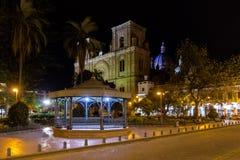 Припаркуйте Calderon и собор на ноче - Cuenca Inmaculada Консепсьона, эквадор Стоковая Фотография