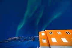 Приполюсная ледовитая звезда неба borealis snowscooter рассвета северного сияния в Норвегии Свальбарде в Longyearbyen горы луны стоковые изображения