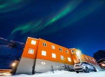 Приполюсная ледовитая звезда неба borealis snowscooter рассвета северного сияния в Норвегии Свальбарде в Longyearbyen горы луны стоковое фото