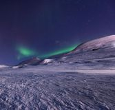 Приполюсная ледовитая звезда Норвегия Свальбард неба северного сияния северного сияния в горах города Longyearbyen стоковое изображение