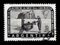 Приполюсные исследователи на скелетоне собаки, Антарктике Аргентины Стоковые Фотографии RF