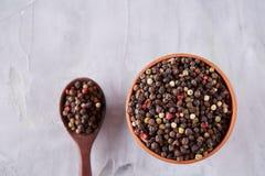 Приправлять - 4 вида горохов перца - изолированный на белой предпосылке Стоковое Фото