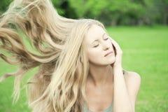 природа белокурых волос девушки длинняя Стоковые Изображения
