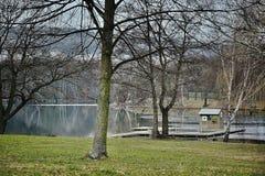 Природа вокруг озера квасцов jezero Kamencove с станцией скорой помощи вне туристического сезона в чехословакском городе Chomutov Стоковая Фотография