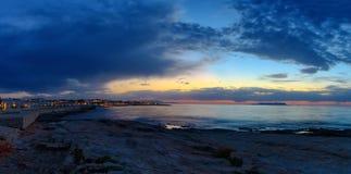 Природа в twilight периоде который включать восхода солнца над морем и славный пляж в заливе около Hersonissos, Крита стоковое изображение rf