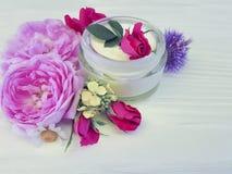 Природа заботы кожи сливк бутылки косметики розовая handmade на деревянном составе продукта предпосылки Стоковое Изображение