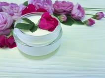 Природа обработки сливк бутылки косметики розовая на деревянном составе продукта предпосылки Стоковое Фото