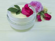 Природа обработки сливк бутылки косметики розовая handmade на деревянном составе продукта предпосылки Стоковые Изображения RF