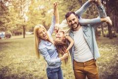 природа 2 положения девушок поля дня счастливая Стоковые Изображения