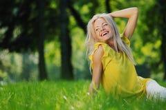 природа предпосылки красивейшая над женщиной Стоковая Фотография