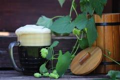 Природа стекла темного пива деревянная Стоковая Фотография