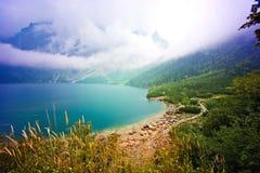 Природа в горах Озеро в горах Стоковое Изображение