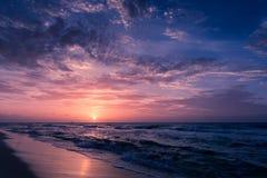 Природа в twilight периоде, восходе солнца или заходе солнца над морем с шезлонгом Вид на море от тропического пляжа с фиолетовым Стоковые Изображения